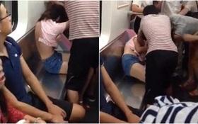 Tranh giành ghế trên tàu điện ngầm, 2 người phụ nữ lao vào xé rách áo nhau