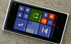"""""""Cục gạch"""" Lumia 920 sống sót sau khi rơi từ độ cao 30 Km"""