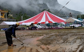 Không khí náo nức vẫn tràn ngập tại lễ hội hoa tam giác mạch dù trời mưa lớn