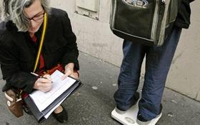 Học sinh ở Pháp chống đau lưng vì mang cặp sách