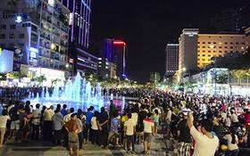 Người Sài Gòn thích thú dạo bước trên phố đi bộ Nguyễn Huệ