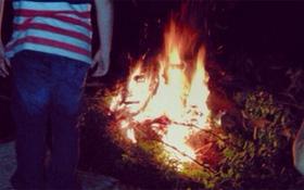 Cóng người trước khuôn mặt lấp ló giữa đống lửa đang cháy