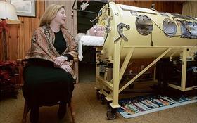 """Cụ bà nằm bất động hơn 6 thập kỷ trong chiếc """"thùng thép"""""""