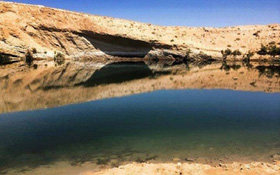 Hồ nước lớn bí ẩn đột ngột xuất hiện ở vùng đất khô cằn