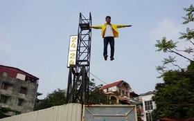 Người dân sững sờ chứng kiến thanh niên lơ lửng trên không
