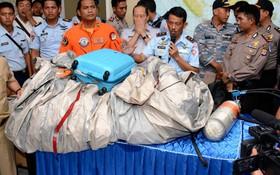 Phi công tìm kiếm QZ8501: 3 nạn nhân vẫn nắm chặt tay nhau