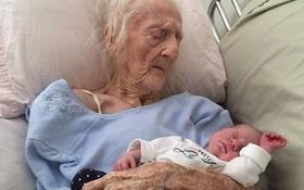 Bức ảnh cụ bà 101 tuổi ôm chắt trước khi qua đời khiến hàng triệu người xúc động