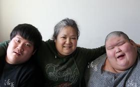 Chùm ảnh xúc động về bà mẹ đơn thân chăm 2 con sinh đôi béo phì và tự kỷ