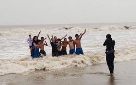 Du khách đùa giỡn với sóng cao 2m tại biển Sầm Sơn