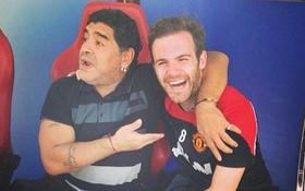 """Sao Manchester United rạng rỡ """"pose"""" ảnh cùng Maradona"""