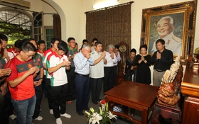 U19 Việt Nam thành kính thắp hương tưởng nhớ Đại tướng Võ Nguyên Giáp