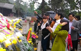 Hàng ngàn người viếng mộ Đại tướng Võ Nguyên Giáp