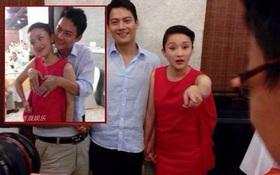 Chồng Châu Tấn dùng 2 tay che ngực vợ trong lễ báo hỷ