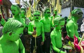 Khám phá lễ hội sơn xanh lên người để xua đuổi tà ma ở đảo Bali