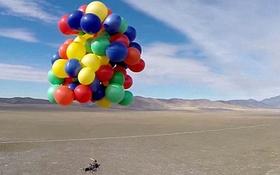 """Dùng 90 quả bóng bay để bay lên trời như trong phim """"Vút bay"""""""