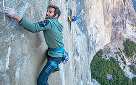 Hai người đàn ông tay trần leo vách đá dựng đứng 900m, sắc như dao