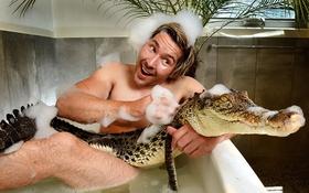 Nhà động vật học điển trai tắm chung bồn với cá sấu và trăn khổng lồ