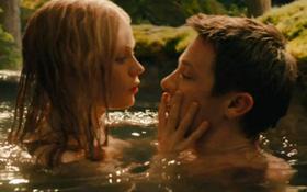 """""""Hawkeye"""" Jeremy tắm suối với người đẹp nóng bỏng"""