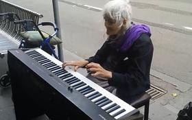 Clip cụ già 79 tuổi chơi Piano trên phố thu hút người xem