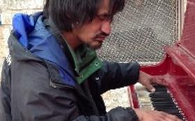 Clip người vô gia cư chơi piano trên đường hút hàng triệu lượt xem
