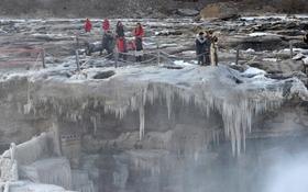 Trời lạnh -12 độ C, thác nước lớn hóa băng hút khách du lịch