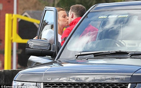 """Rooney """"âu yếm"""" vợ trước mặt đồng đội"""