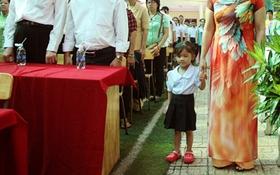 Niềm vui của bé gái mồ côi lần đầu được dự lễ khai giảng ở ngôi trường đặc biệt