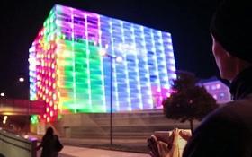 Ngỡ ngàng trước anh chàng chơi Rubik khổng lồ to bằng cả tòa nhà