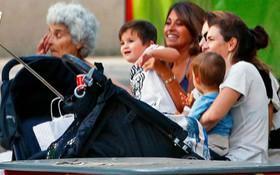 """""""Quý tử"""" nhà Messi ngộ nghĩnh, đáng yêu dạo chơi công viên cùng mẹ"""