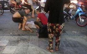 Xuất hiện nhóm người dựng cảnh thương tâm để xin tiền trên phố cổ Hà Nội