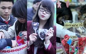 """""""Thiên đường quà lưu niệm"""" ở Hà Nội đông nghịt người trong dịp Valentine"""
