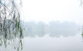Chùm ảnh: Hà Nội chìm trong màn sương mù dày đặc chiều nay