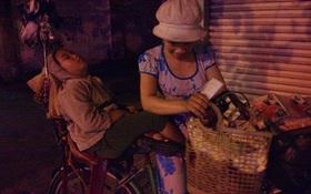 Câu chuyện xúc động về hai mẹ con bán vé số đêm ở Sài Gòn