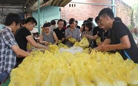 2.300 chiếc chả giò và hơn 800 phần ăn đến với người bệnh tỉnh Bình Dương