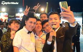 Minh Vương selfie cùng fan tại triển lãm ôtô quốc tế Việt Nam 2015