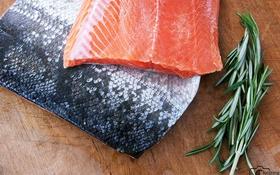 """Những nguy hiểm """"nhất định phải biết"""" khi ăn cá hồi sai cách"""