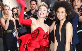"""Miley Cyrus lộ vùng cánh kém vệ sinh bên người bạn """"phi giới tính"""""""