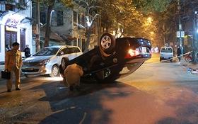 Hà Nội: Xe Chevrolet tông vào taxi rồi lật nhào giữa phố Thi Sách