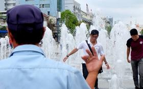 Nhiều người vô tư đùa giỡn giữa đài phun nước phố đi bộ Sài Gòn bất chấp bảo vệ nhắc nhở