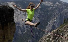 Hai cô gái can đảm di chuyển ở độ cao hơn 1.000m