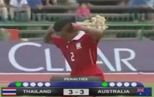 Cầu thủ Thái Lan ăn mừng phản cảm chọc tức đối thủ