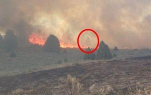 Khoảnh khắc thiên thần hộ mệnh đứng hiên ngang giữa đám cháy rực lửa