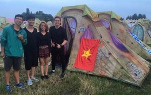 """Slim V cùng người yêu dựng lều tham gia lễ hội """"Tomorrowland"""" tại Bỉ"""