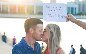 Bạn trai của năm: Quay clip trong suốt 365 ngày với tấm bảng viết lời những lời yêu thương để cầu hôn bạn gái