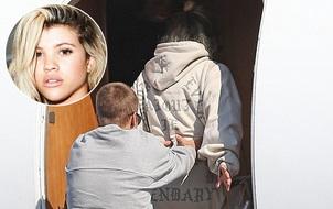 Nhan sắc kém xinh, bạn gái Justin Bieber vẫn khiến anh quấn quýt không rời