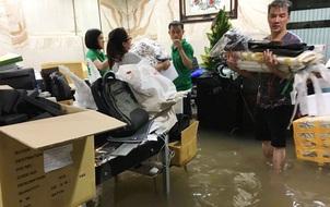 Biệt thự 60 tỷ của Đàm Vĩnh Hưng bị mưa ngập đến gần đầu gối, đồ đạc trôi lênh láng