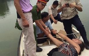 Hà Nội: Nữ du khách nước ngoài bơi ra Tháp Rùa múa hát