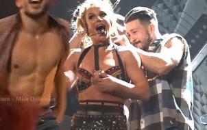 """Hai vũ công nam """"đánh vật"""" với áo của Britney để cứu cô nàng khỏi lộ ngực"""