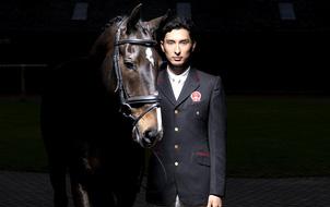 """Trai đẹp """"vạn người mê"""" từ bỏ nước Anh sang thi đấu cho đội đua ngựa Trung Quốc"""