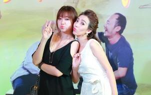 """Hari Won tạo dáng nhí nhảnh cùng Thu Trang tại họp báo phim """"Nắng"""""""